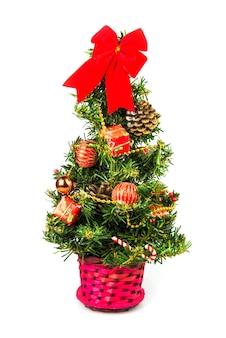 白い背景で隔離の小さなクリスマスツリー。