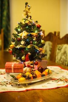 テーブルの上に装飾、ギフト、柑橘類の小さなクリスマスツリー