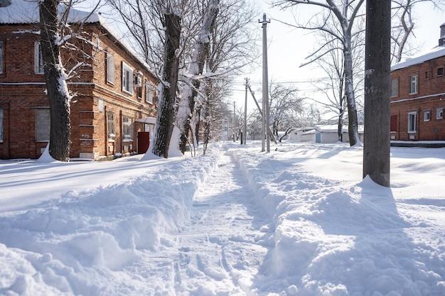 작은 도시는 눈으로 덮여 있습니다. 눈이 많이 내리는 겨울의 작은 건물과 집들이 거리에 표류합니다.