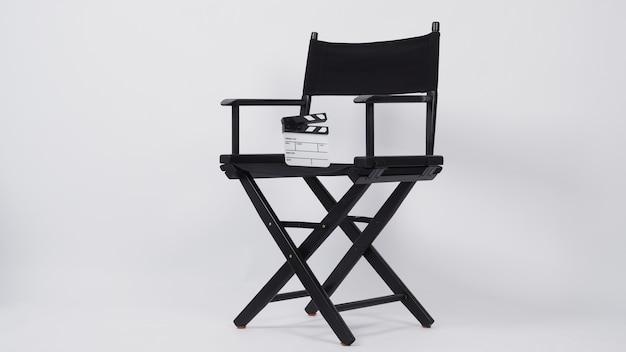 비디오 제작 또는 영화 및 영화 산업에서 감독 의자가 있는 작은 클래퍼 보드 또는 영화 슬레이트. 그것은 흰색 배경에 넣어.