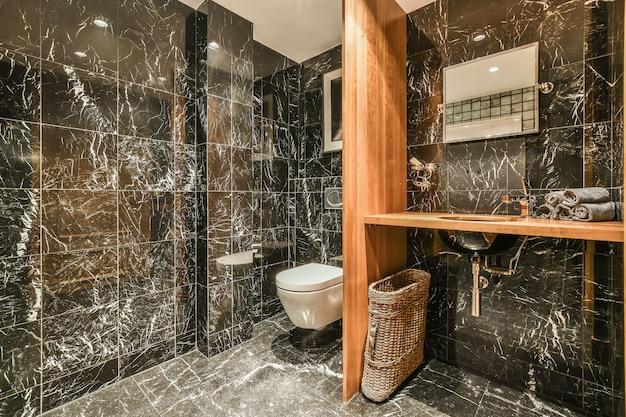 Маленькая чистая ванная комната