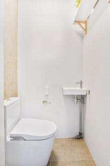 Маленький чистый туалет