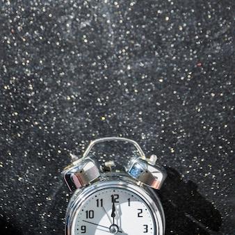 Маленькие часы на блестящем столе