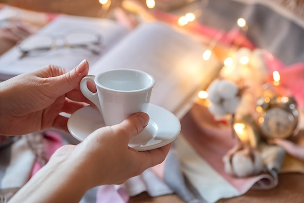 人間の手で小さなコーヒーエスプレッソホワイトカップ