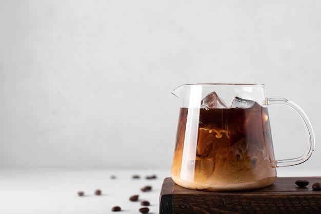 아이스 커피와 우유가 밝은 배경에 작은 커피 포트, 클로즈업