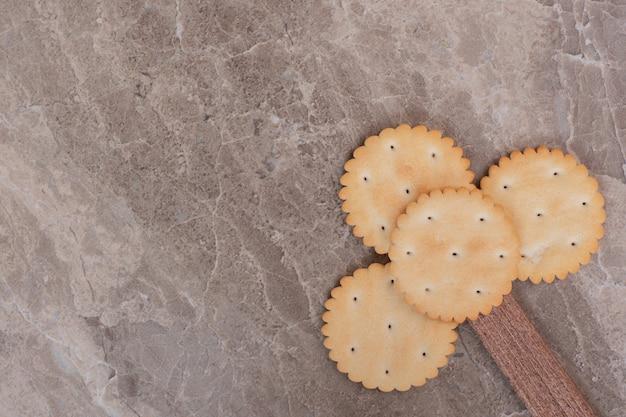 大理石の表面に小さなクッキー