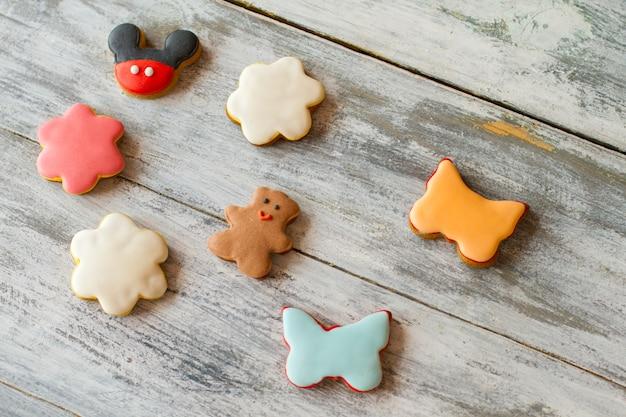 유약이 있는 작은 쿠키. 나비 모양의 비스킷. 바삭한 반죽과 설탕 아이싱. 다양한 맛과 색상.
