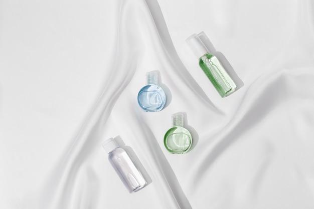 크림 또는 젤 미용 제품 패키지를위한 작은 화장품 병 플라스틱 용기를 모의 프리미엄 사진