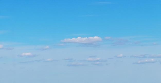 푸른 하늘에 작은 적운 흰 구름