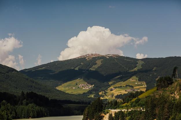 Маленький милый городок в трентино-альто-адидже (судтирол), италия.
