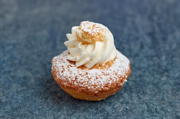 Небольшой десерт из бисквитного торта и кокосового крема.