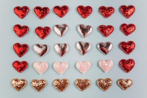 Маленькие разные блестящие сердца на столе