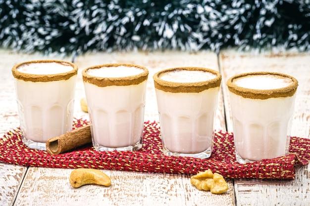 少量のエッグノッグまたはアルコールエッグノッグは、クリスマスディナーに提供されるアルコール飲料、アメリカンカクテルです。