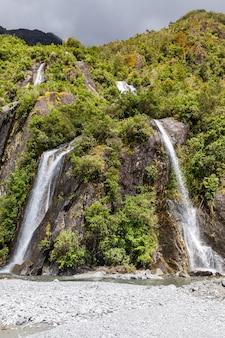 Небольшой двойной водопад возле ледника франца иосифа новая зеландия