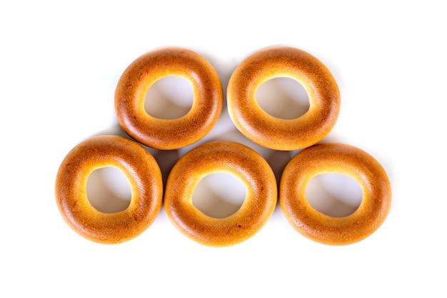 Маленькие сухие рогалики, маленькие булочки на белом, как олимпийские круги. еда.