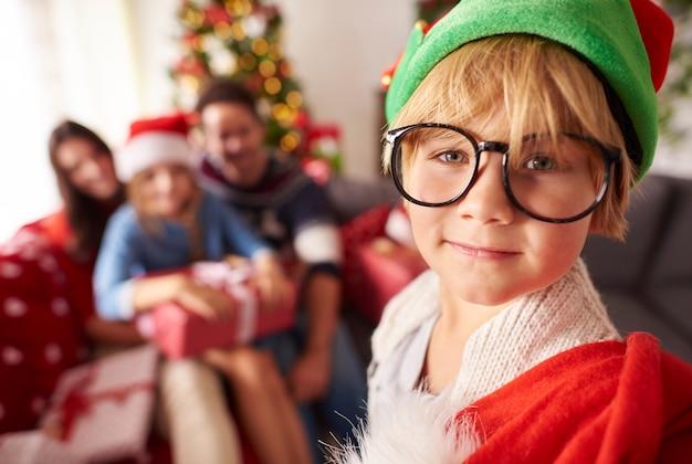 Piccolo elfo con sacco di regalo di natale per la famiglia