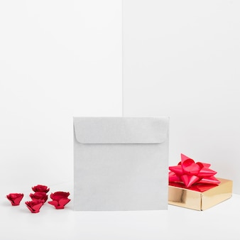 선물 상자가있는 작은 봉투