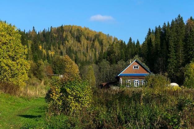 Небольшая ферма в красивой осенней долине среди лесистых холмов