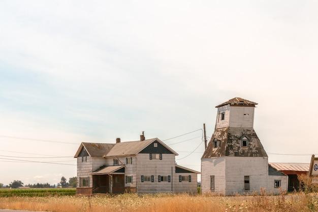 広いフィールドの小さな農場
