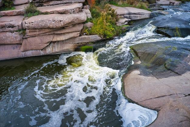 Небольшой быстрый водопад каменка в вечернем свете в украине