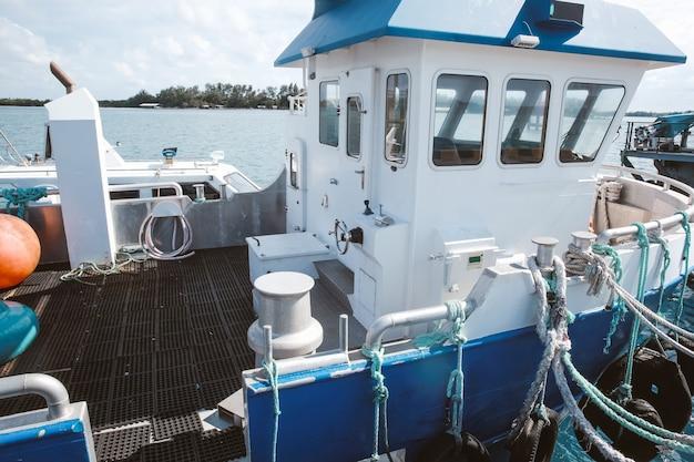 港の小さなフェリー船の甲板