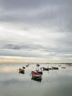 作業後、海に停泊する小型漁船