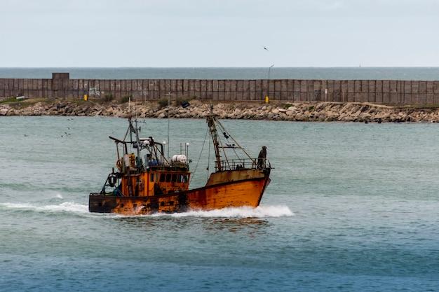 바다에서 작은 낚시 보트. 낚시 산업.