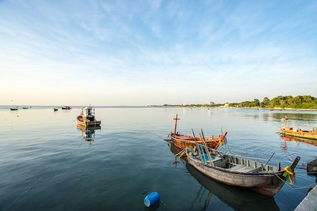 日没の海岸で小さな漁船