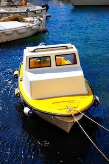 クロアチア、ドゥブロヴニクの旧港にある小さな漁船