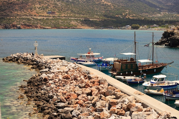 크레타, 그리스에서 배경에서 산 발리라는 어촌 마을에 부두에서 작은 낚시 보트.