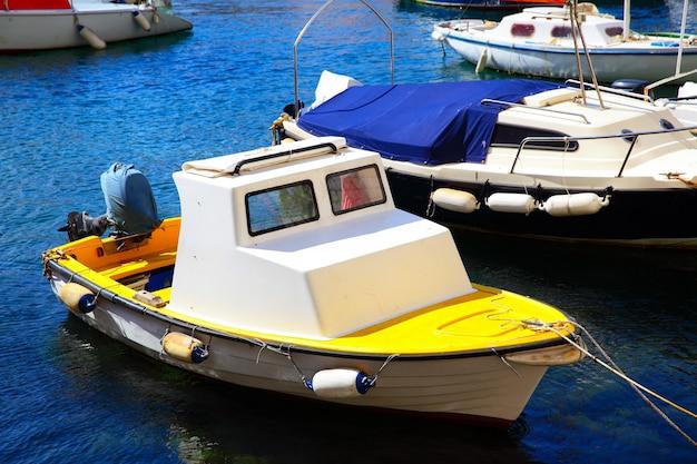 クロアチア、ドゥブロヴニクの旧港にある小型漁船