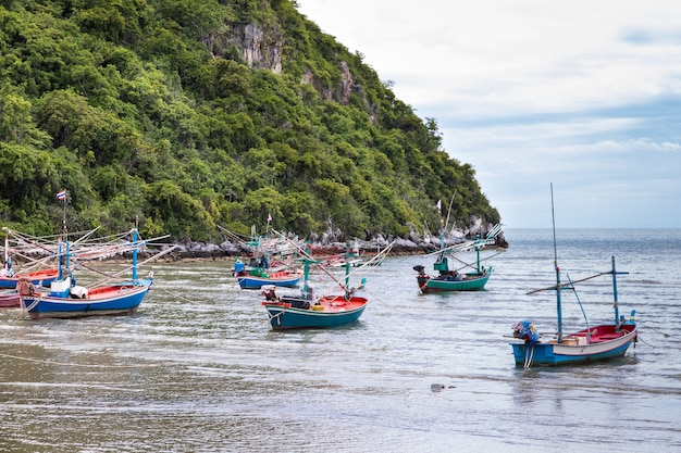 Маленькие рыбацкие лодки из дерева на пляже, рыбацкие лодки