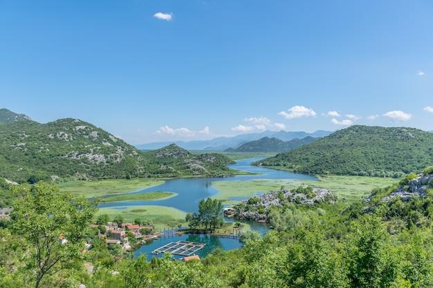 Небольшая рыбацкая деревня расположена на берегу живописной реки.