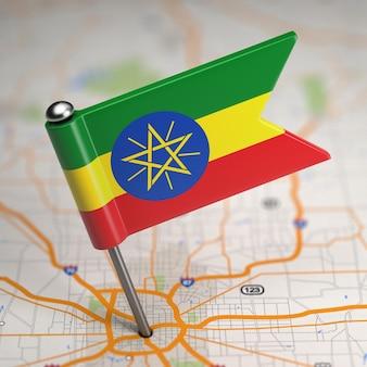 選択的な焦点と地図の背景上のエチオピア連邦民主共和国の小さな旗。