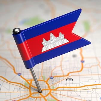Маленький флаг камбоджи наклеен на фоне карты с выборочным фокусом.