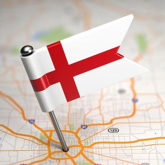 Маленький флаг англии на фоне карты с выборочным фокусом.