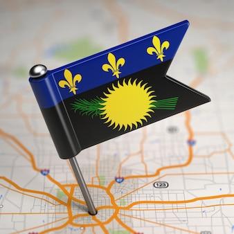 選択的な焦点と地図の背景にグアドループの小さな旗。