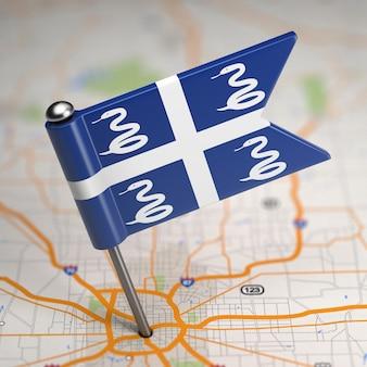 選択的な焦点と地図の背景にマルティニークの小さな旗。
