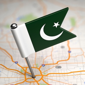 選択的な焦点と地図の背景にパキスタンの小さな旗。