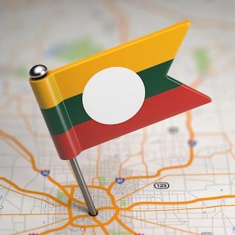 Маленький флаг штата шан на фоне карты с выборочным фокусом.