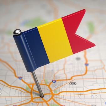 選択的な焦点と地図の背景にチャドの小さな旗共和国。