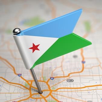 選択的な焦点と地図の背景にジブチの小さな旗共和国。