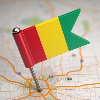 選択的な焦点と地図の背景にギニアの小さな旗共和国。