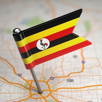 選択的な焦点と地図の背景にウガンダの小さな旗共和国。