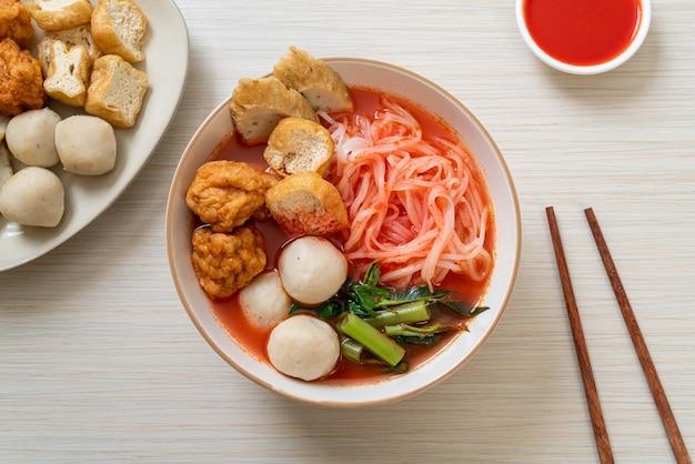 Маленькая плоская рисовая лапша с рыбными шариками и шариками из креветок в розовом супе, йен та четыре или йен та фо - азиатский стиль еды
