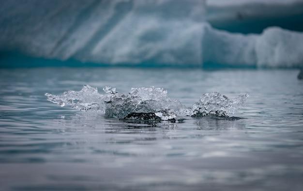 Небольшие плавучие айсберги в ледниковой лагуне йокулсарлон, исландия