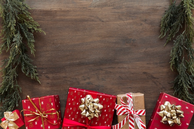 Маленькие подарочные коробки с зелеными ветками