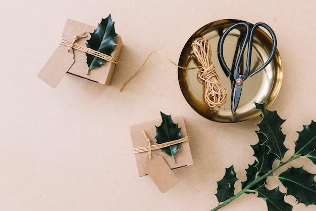 갈색 테이블에 녹색 전단지와 작은 선물 상자