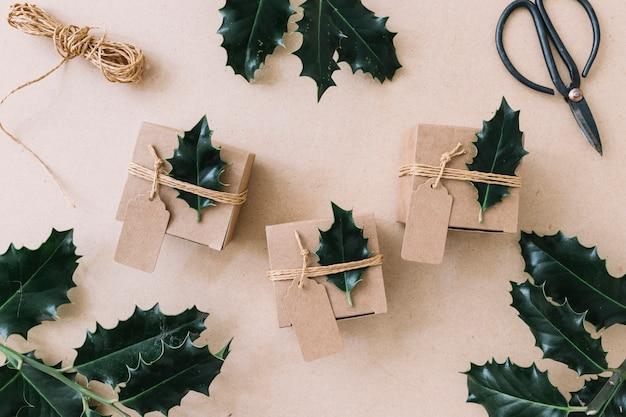 Scatole da regalo piccole con volantini verdi sul tavolo