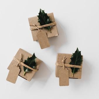 녹색 전단지와 작은 선물 상자